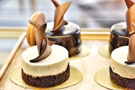 Move over cupcakes, there's a new trend in town! Mini cakes are making a big statement on today's dessert tables